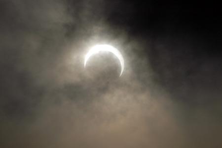 ... gerhana matahari dan bulan berbeda, sholat khusuf untuk gerhana bulan
