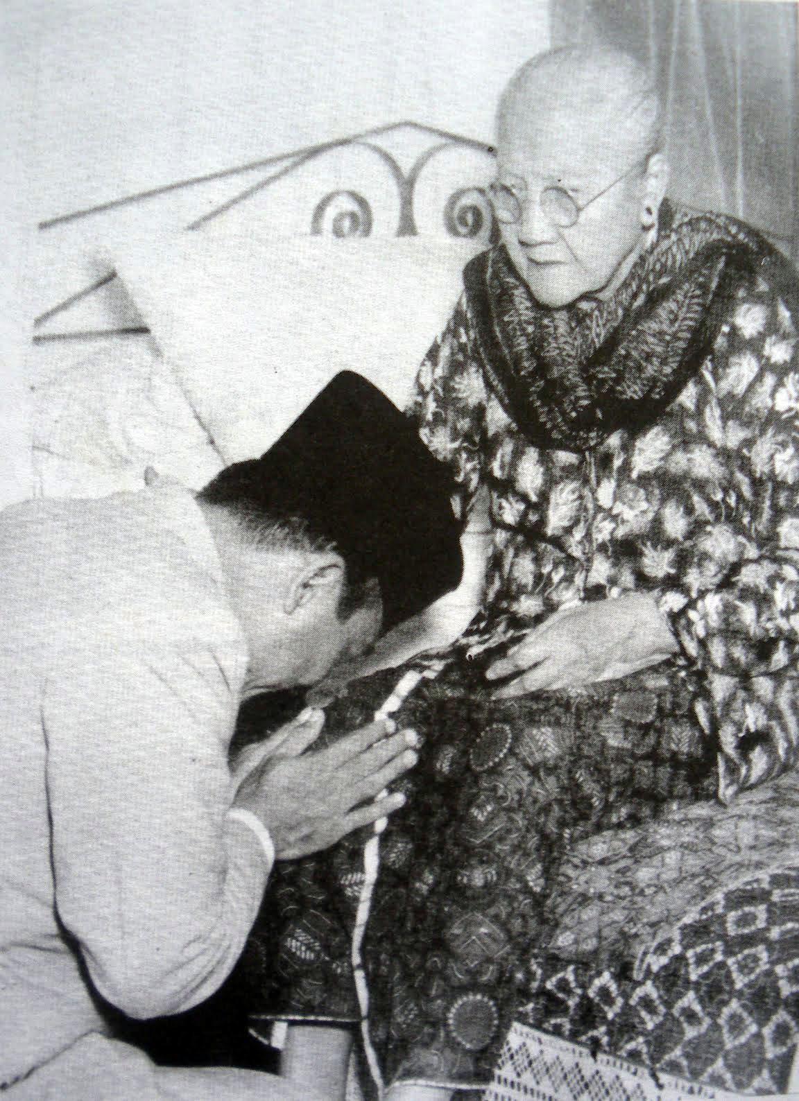 Sungkem bung Karno pada Ibunya